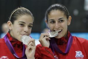 Las clavadistas Alejandra Orozco y Paola Espinosa, con sus medallas de plata. Foto: El Universal
